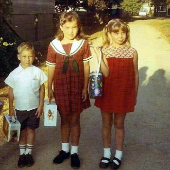 I'm the nervous-looking one in the middle with the Banana Splits lunch box.